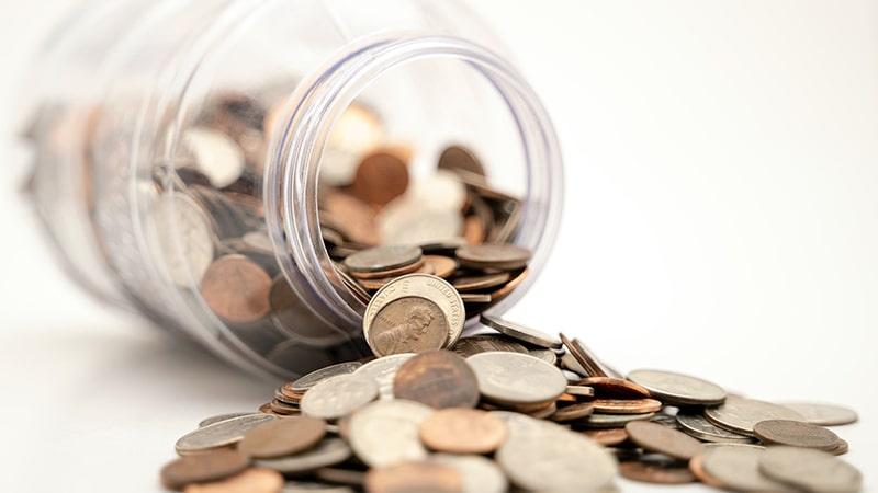 Monedas dentro de un bote