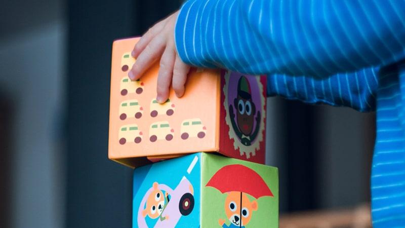 Niño jugando con bloques en el colegio