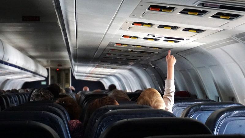 Bebé tocando los botones de un avión