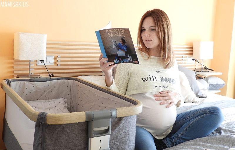 Embarazada leyendo información