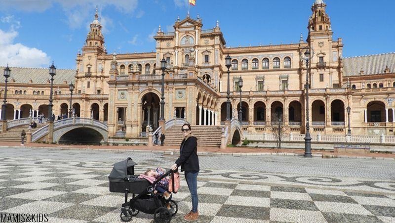 En la plaza de España de Sevilla con niños