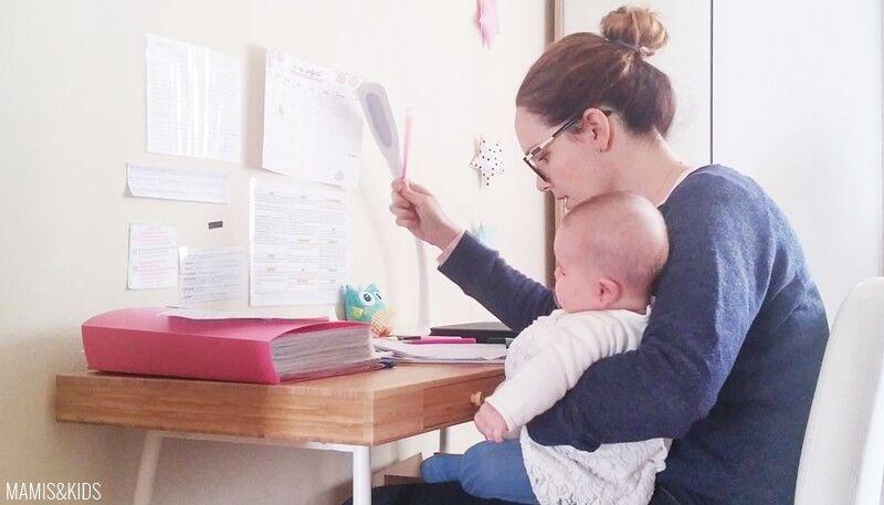 Nuria estudiando con su bebé en brazos