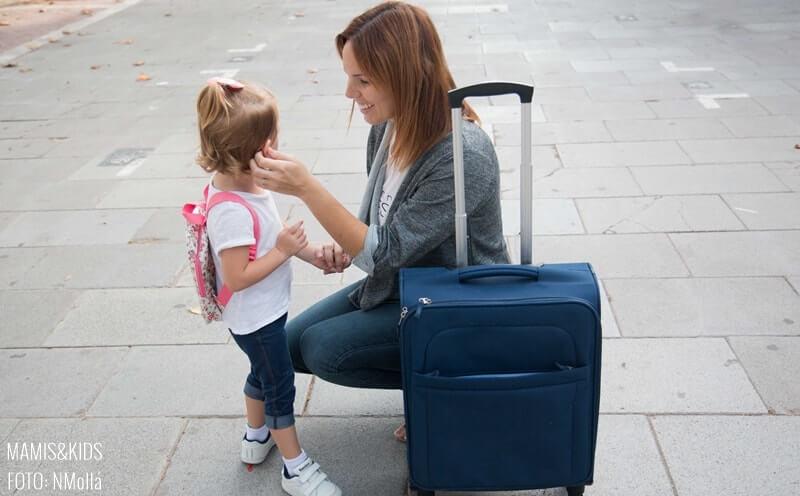 Madre y niña con una maleta