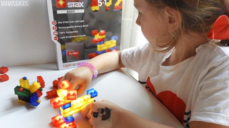 Niña jugando con piezas STAX