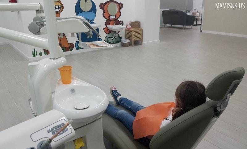 Visita a una clínica dentista para niños