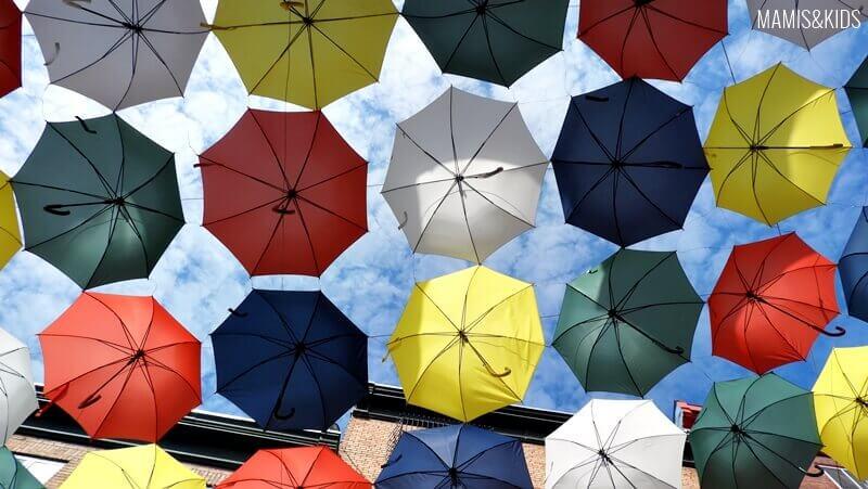 Paraguas colgados en una calle de Quebec