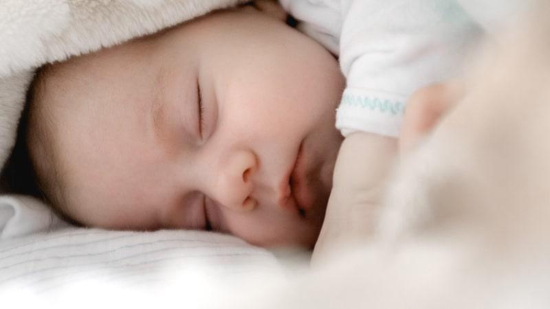 Bebé duerme dentro de su rutina de sueño